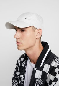 Nike Sportswear - UNISEX - Lippalakki - light bone/metallic silver - 1