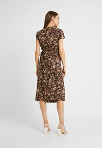 Glamorous Bloom - SHORT SLEEVE TRUE WRAP DRESS - Robe d'été - brown - 2