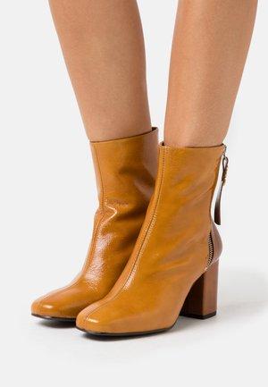 GIULLIET TRONCHETTO - Kotníkové boty - senape