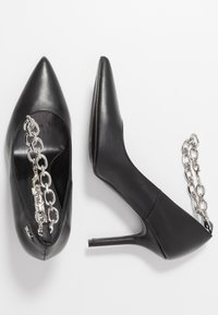 KARL LAGERFELD - MANOIR ANKLE CHAIN COURT SHOE - High heels - black/silver - 3