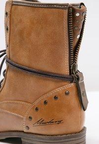 Mustang - Šněrovací kotníkové boty - cognac - 6