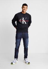 Calvin Klein Jeans - RELAXED MONOGRAM - Sweatshirt - black - 1