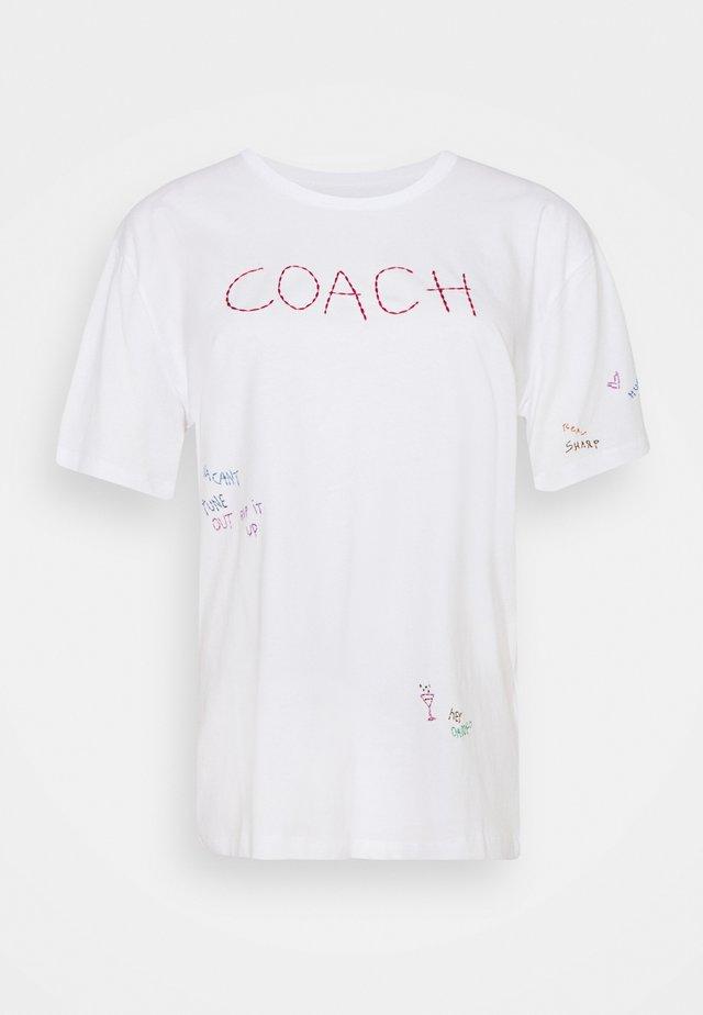 HAND DRAWN COACH TEE - T-shirt con stampa - optic white