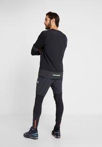 Nike Performance - WILD RUN MIDLAYER - Funktionstrøjer - black/off noir/electric green - 2