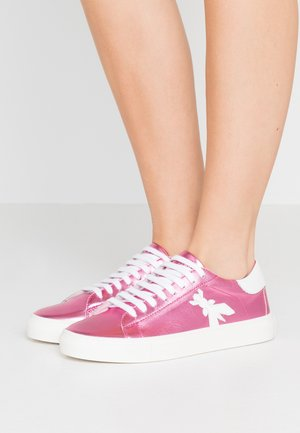 Sneakers - metallic berry