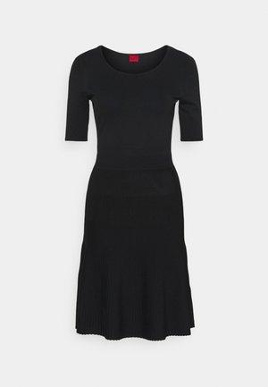 SHANEQUA - Strikket kjole - black