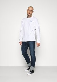 Tommy Jeans - BACK MOUNTAIN GRAPHIC TEE - Maglietta a manica lunga - white - 1