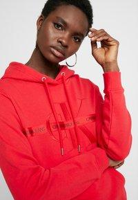 Calvin Klein Jeans - TAPING THROUGH MONOGRAM HOODIE - Hoodie - racing red - 3