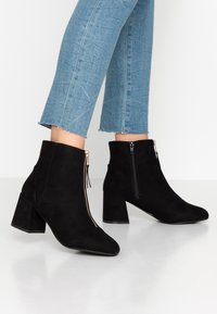 Miss Selfridge Wide Fit - WIDE FIT BELLE ZIP FRONT BLOCK HEEL - Ankle boots - black - 0