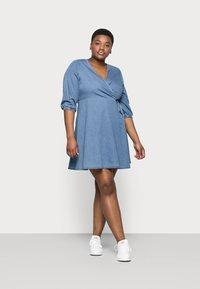 Vero Moda Curve - VMHENNA 3/4 WRAP SHORT DRESS - Denim dress - light blue - 1