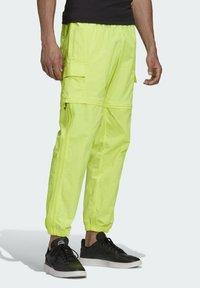 adidas Originals - R.Y.V. UTILITY 2-IN-1 TRACKSUIT BOTTOMS - Träningsbyxor - yellow - 2