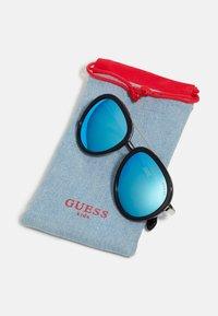 Guess - KIDS EYEWEAR UNISEX - Sluneční brýle - black - 2