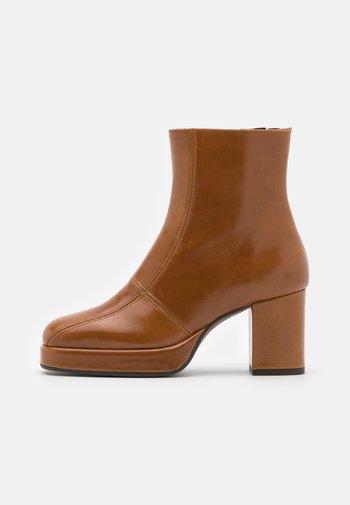 ADELE PLATFORM BOOT - Platform ankle boots - tan