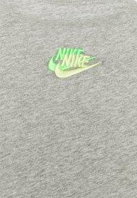 Nike Sportswear - TEE CLUB ESSENTIALS - T-shirt med print - grey heather - 2