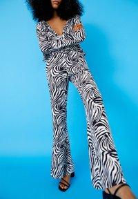 PULL&BEAR - ZEBRAMUSTER - Trousers - black - 4