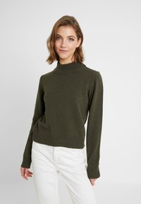 NA-KD - PAMELA REIF HIGH NECK  - Strikkegenser - army green - 0