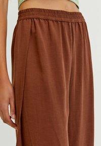 PULL&BEAR - FLIESSENDE MIT SCHLITZEN - Trousers - mottled light brown - 2