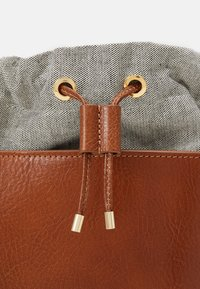 WEEKEND MaxMara - COLLE - Across body bag - kamel - 3