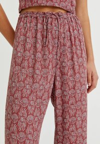 PULL&BEAR - MIT PRINT - Trousers - red - 3