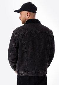 Levi's® - TYPE 3 SHERPA TRUCKER - Kurtka jeansowa - black - 1