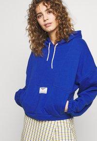 Hummel Hive - HMLVIG LOOSE HOODIE - Jersey con capucha - mazarine blue - 4