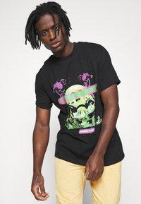 Night Addict - REVOLUTION UNISEX - T-shirt con stampa - black - 3