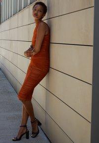 Hervé Léger - ASYMMETRIC DRAPED DRESS - Cocktail dress / Party dress - cognac - 2