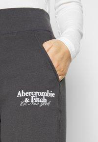 Abercrombie & Fitch - SCRIPTLOGO CLASSIC - Tracksuit bottoms - asphalt - 4