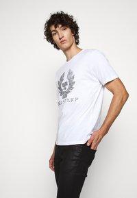 Belstaff - COTELAND  - Print T-shirt - white - 0