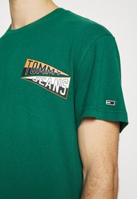 Tommy Jeans - BACK GRAPHIC TEE UNISEX - Print T-shirt - rural green - 5