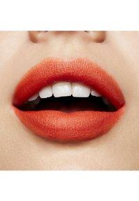 MAC - POWDER KISS LIQUID LIPCOLOUR - Liquid lipstick - resort season - 2