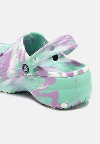 Crocs - CLASSIC PLATFORM MARBLED  - Pantofle na podpatku - pistachio/multi - 5