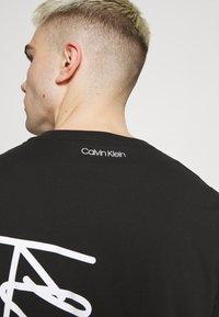 Calvin Klein - SUMMER SCRIPT LOGO - T-shirt con stampa - black - 4