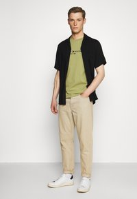 Tommy Hilfiger - LOGO TEE - T-shirt z nadrukiem - green - 1