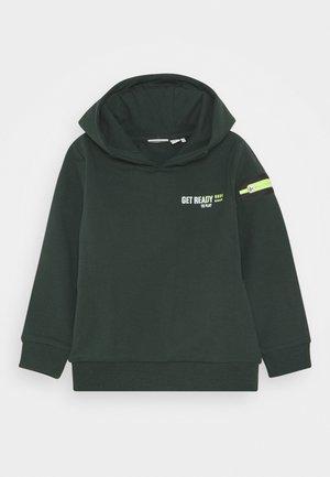 NMMKARLO - Sweatshirt - darkest spruce