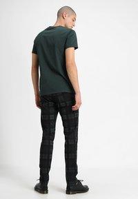 Samsøe Samsøe - KRONOS  - Basic T-shirt - darkest spruce - 2