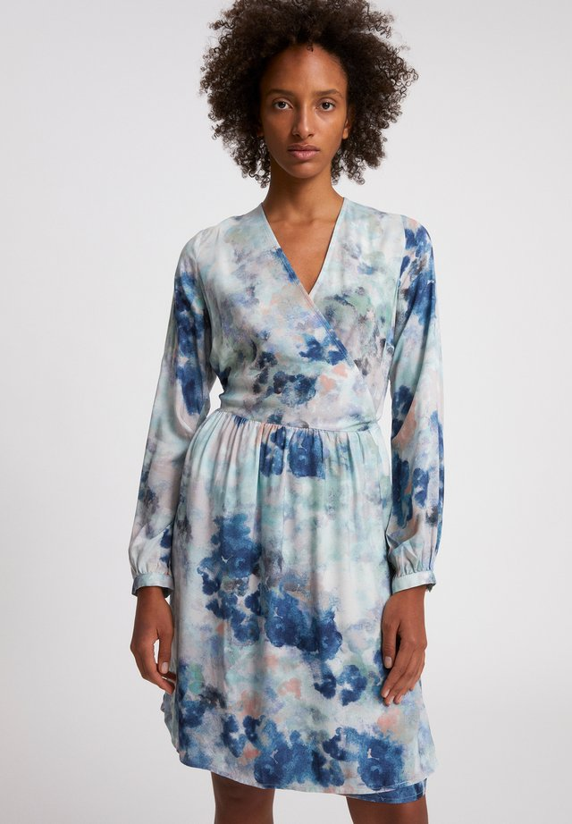 ELVINAA WATERCOLORS - Korte jurk - foggy blue