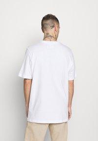 adidas Originals - CAMO INFILL TEE - T-shirt con stampa - white/wild pine - 2