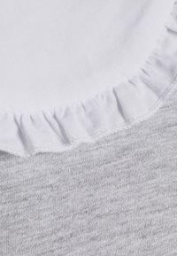 Pieces Petite - PCHYLLA DRESS - Sukienka z dżerseju - light grey melange/white - 2