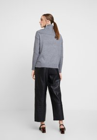 Vero Moda - VMBRILLIANT  COWLNECK  - Strikkegenser - medium grey melange - 2
