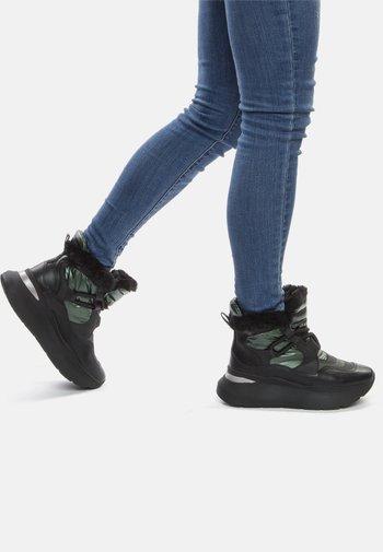 Winter boots - black / green