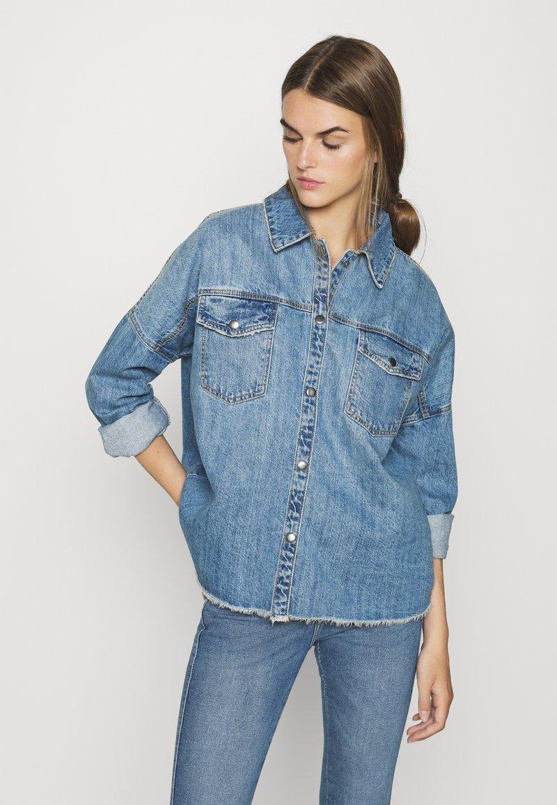 Vero Moda - VMMINA LOOSE - Button-down blouse - medium blue denim