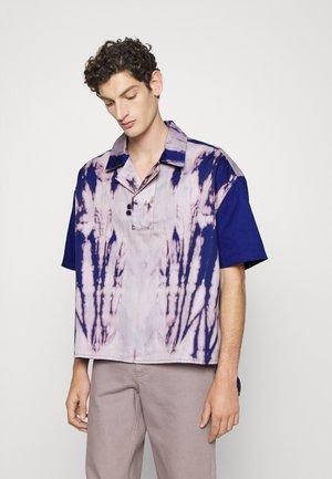 HAND BLEACHED SHIRT UNISEX - Overhemd - blue/pink