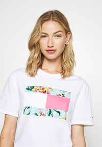 Tommy Jeans - HAWAII FLAG TEE - Print T-shirt - white - 3