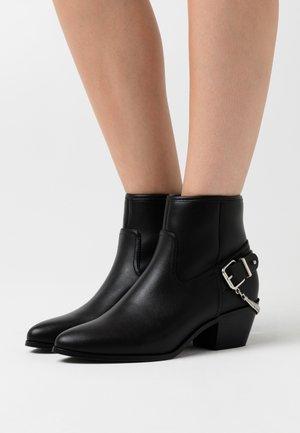 ONLTOBIO CHAIN BOOT  - Kotníkové boty - black