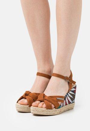 MAKITA - Sandály na platformě - tan