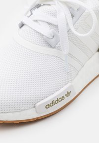 adidas Originals - NMD_R1 UNISEX - Joggesko - footwear white - 5