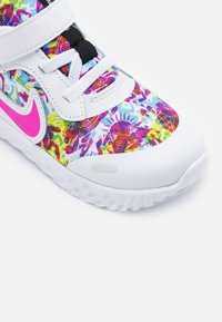 Nike Performance - REVOLUTION 5 FABLE - Hardloopschoenen neutraal - white/fire pink/blue fury - 5