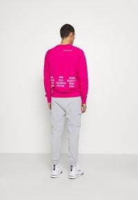 Nike Sportswear - ZIGZAG CARGO PANT - Tracksuit bottoms - wolf grey - 2