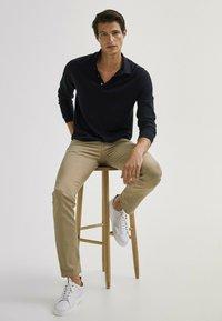 Massimo Dutti - MIT FISCHGRÄTENMUSTER  - Slim fit jeans - ochre - 5